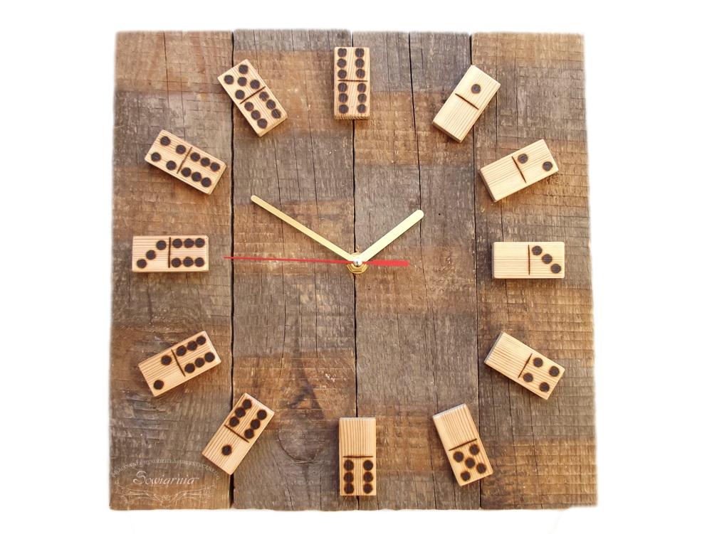 drewniany zegar z kostkami domino