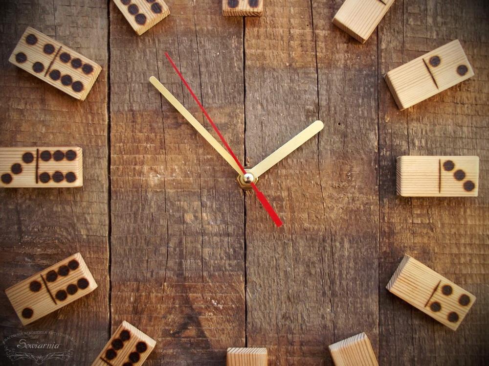 zegar ze starych desek i domino