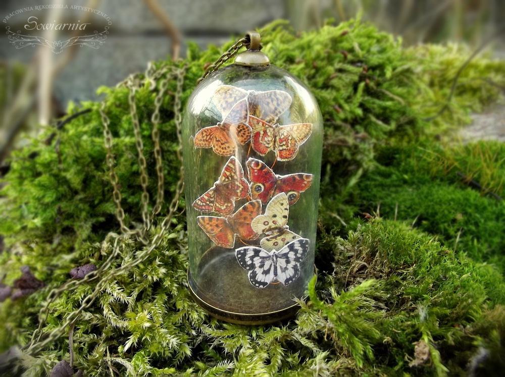naszyjnik motyle pod szklanym kloszem