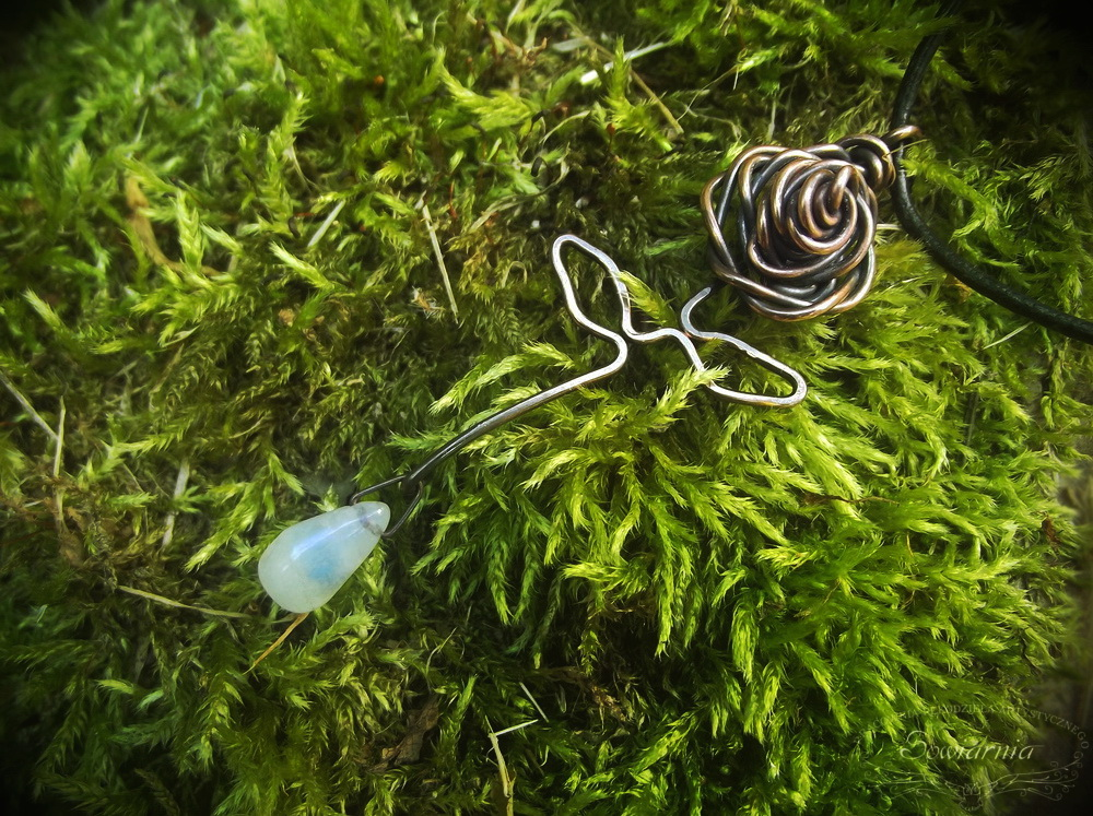 róża z miedzianego drutu