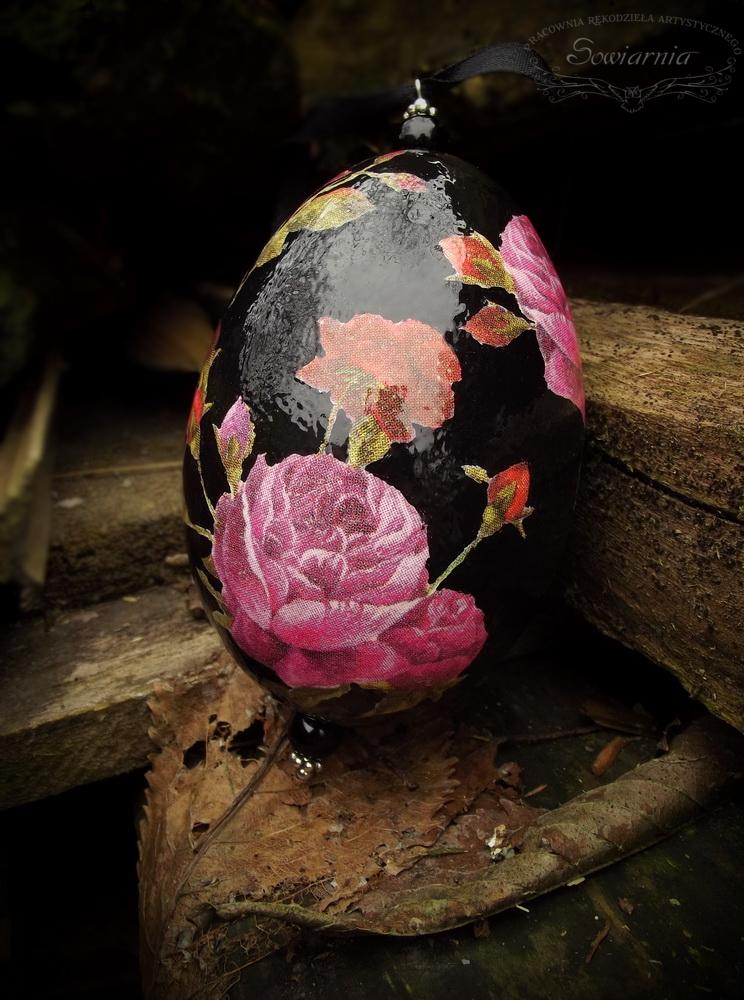 czarna pisanka z różami