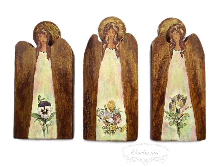 trzy drewniane anioły