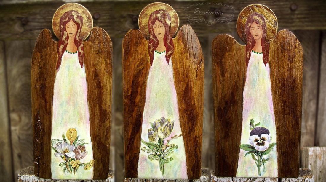 trzy aniołki ze starych desek