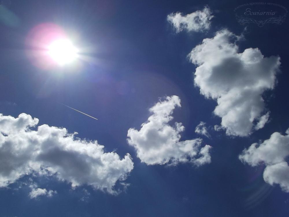 słońce, niebo, chmury i samolot