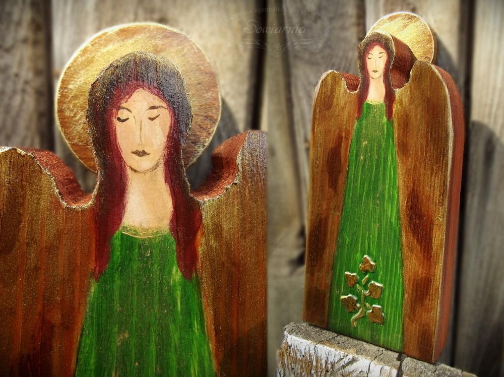 zielony aniołek na starej desce