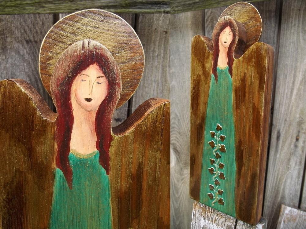 zielony anioł malowany na desce