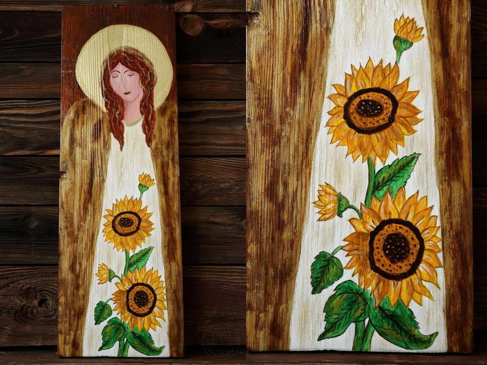 drewniany anioł ze słonecznikami