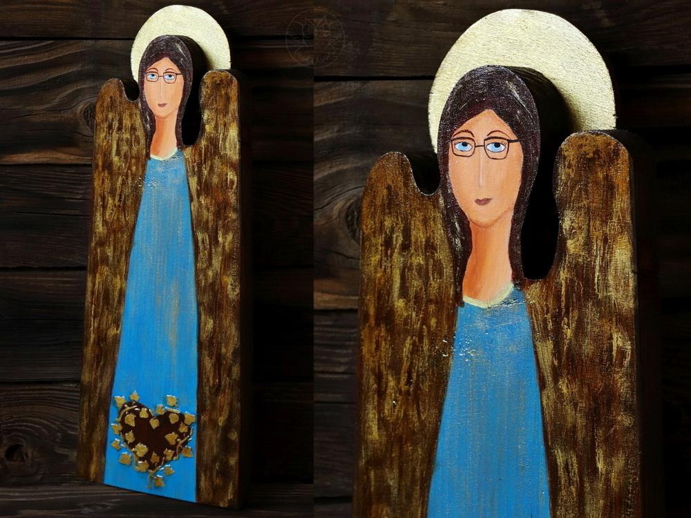 drewniany anioł w okularach