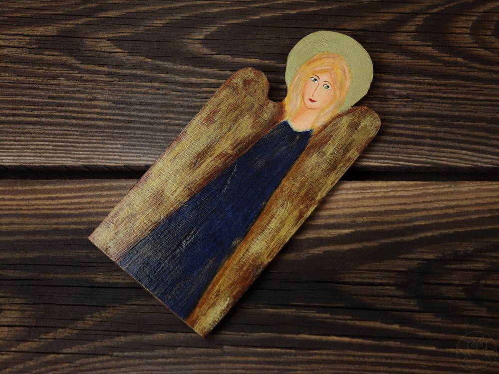 granatowy aniołek z drewna