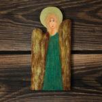 drewniany aniołek z zieloną suknią
