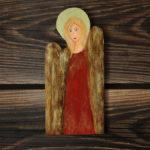 drewniany aniołek z czerwoną suknią