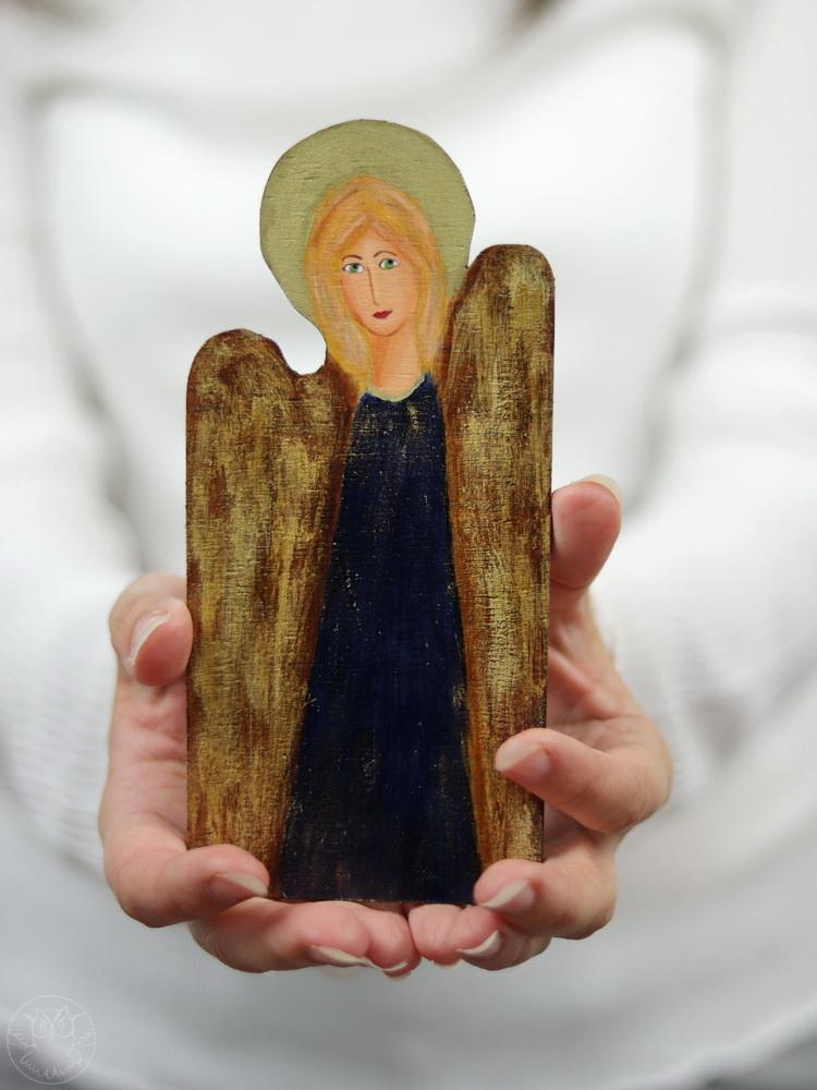 mały drewniany aniołek