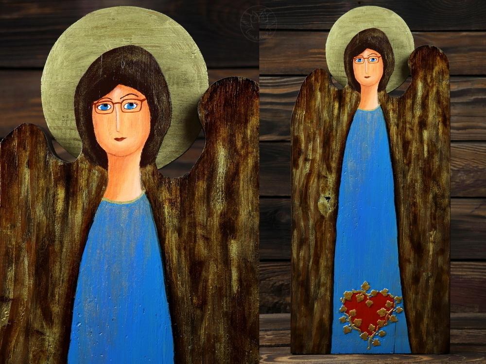 niebieski anioł z sercem na sukni