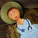 drewniany aniołek dla lekarki