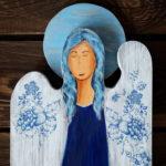 niebieski anioł z drewna