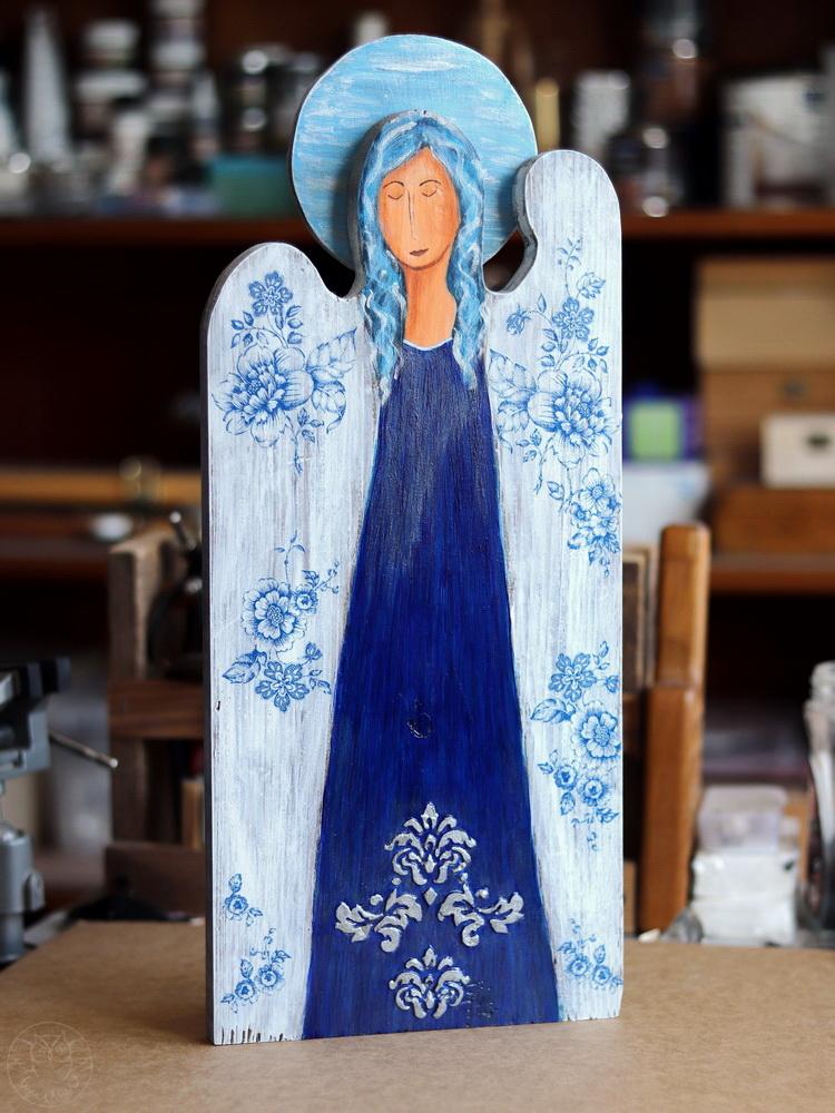 niebieski anioł ze starej deski
