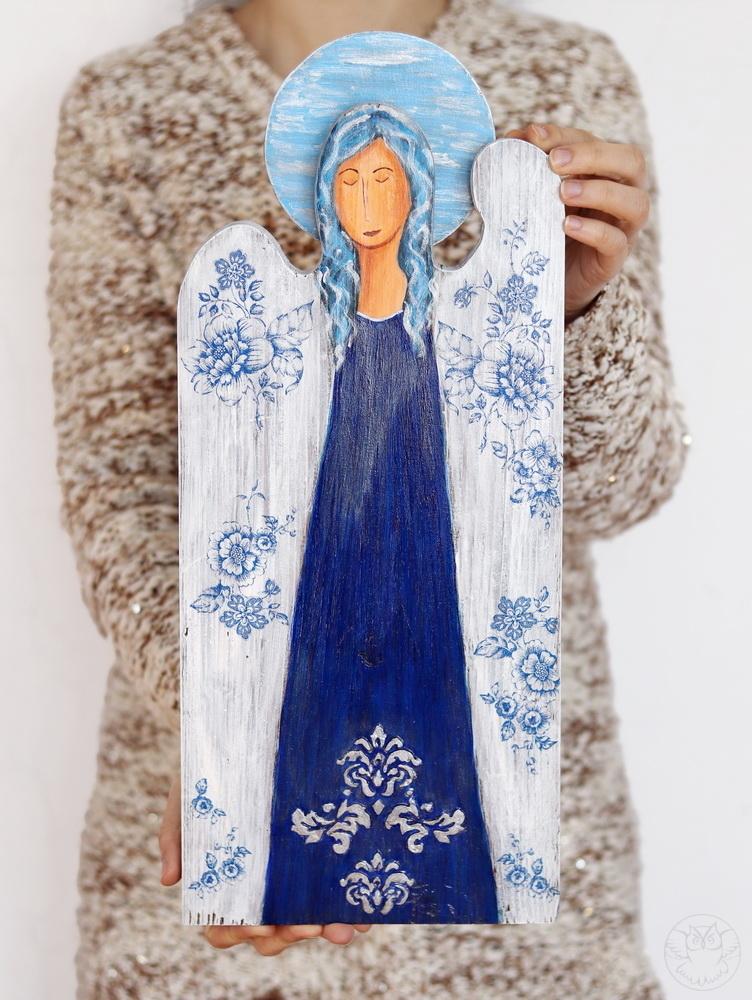 drewniany anioł z kwiatami