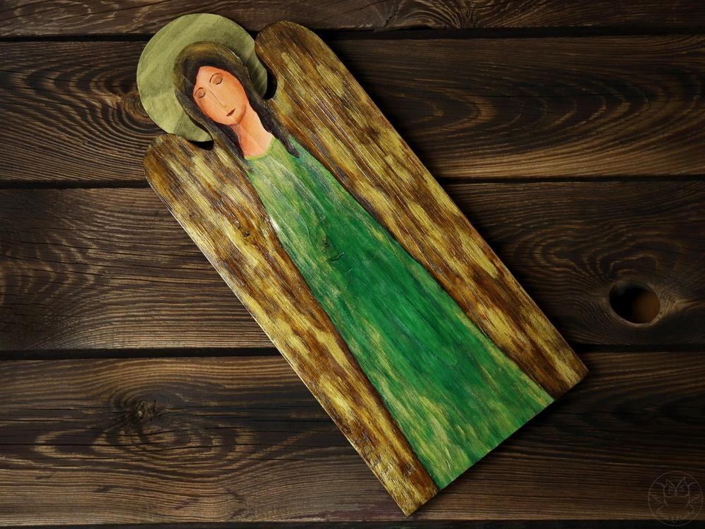 drewniany anioł w zieleni