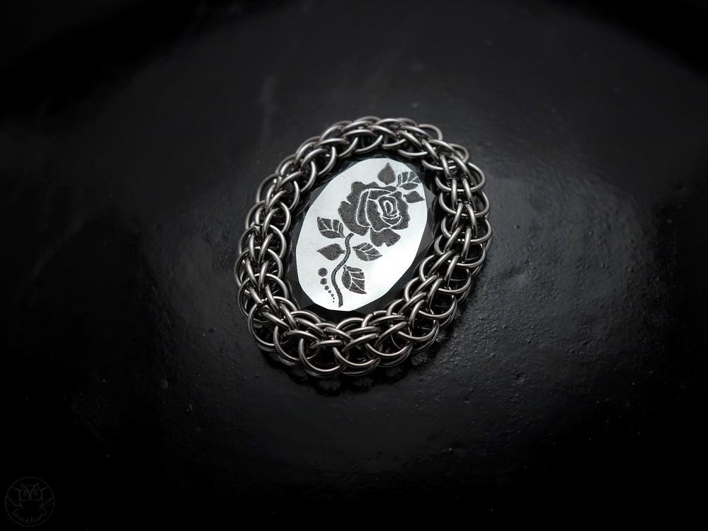 chainmaille kaboszon z różą